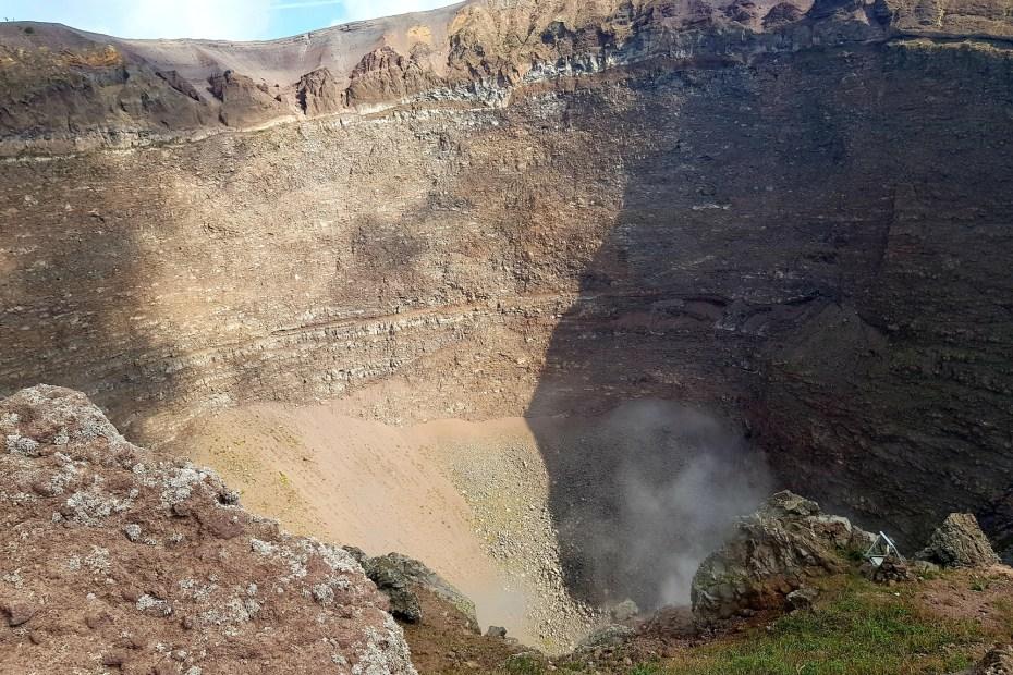 Blick in den dampfenden Krater des Vesuv