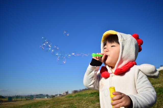 シャボン玉をふく子供