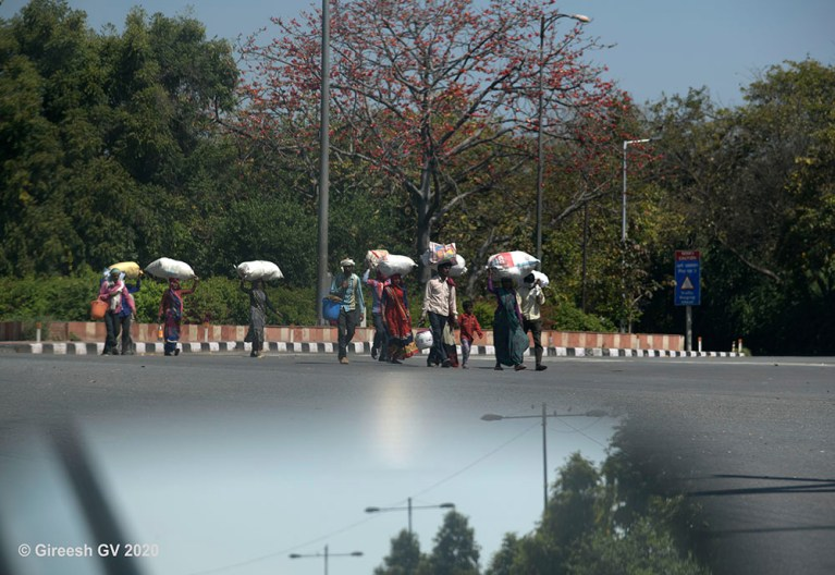 Group of migrants leaving Delhi state.