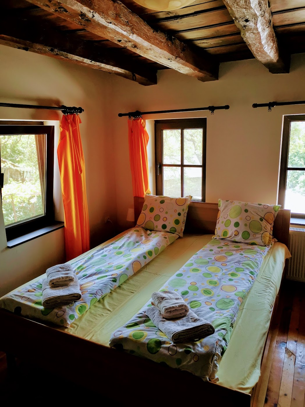 Спалня с камина в стаята