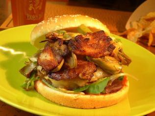 """Open Roma - hamburger """"La Granda"""", guanciale croccante, pecorino romano, verdura """"romana"""""""