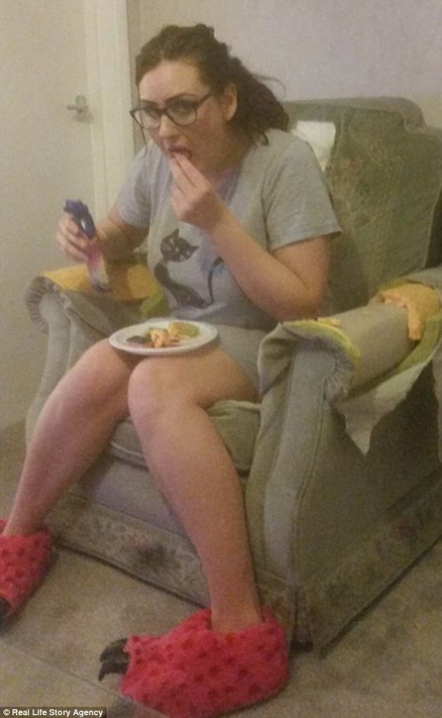 Момиче яде дунапрен