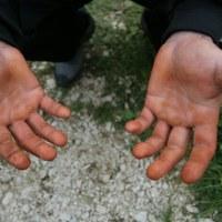 Млад мъж отиде на интервю за работа при директора, а той го накара да покаже ръцете си... Това, което последва ще ви просълзи