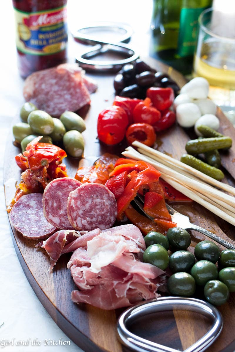 Is there a prettier site than a colorful antipasti platter? Antipasti platters are one of the ultimate ways to make a statement on a beautiful table with zero hassle. This ladies and gentlemen is the anatomy a perfect antipasti platter
