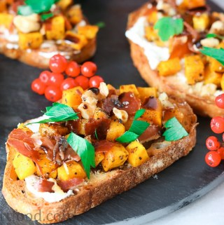 Roasted Acorn Squash Crostini with Crispy Prosciutto and Goat Cheese - girlheartfood.com