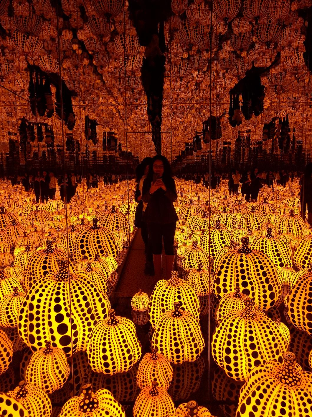 yayoi-kusama-pumpkins-dma-girlinchief