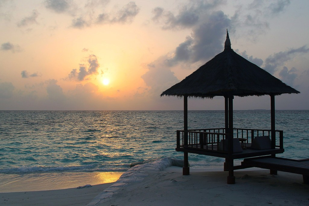 girlinchief-five-islands-you-have-to-add-to-your-bucket-list-maldives