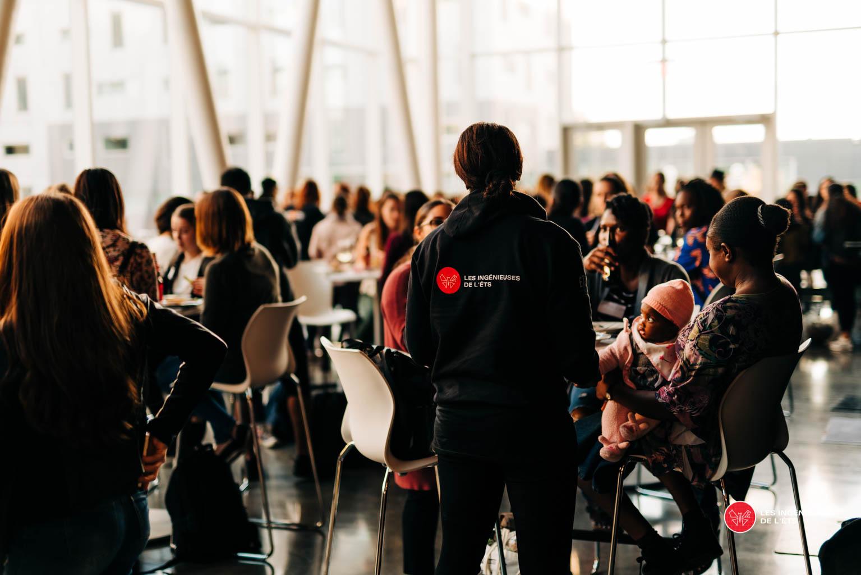 Salle remplie de nouvelles étudiantes en génie à l'ÉTS lors de l'évènement de la rentrée des Ingénieuses de l'ÉTS en 2018