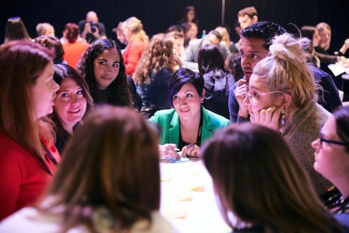 Des femmes discutent pendant le workshop de Talsom à C2 Montréal