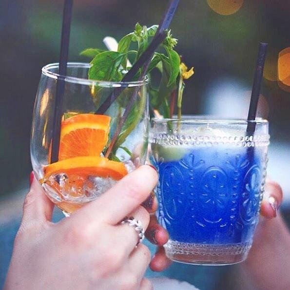 天藍色控一定被燒到!全球首支全天然深湖藍酒。夢幻般色澤尤如透明星空一樣~ – GirlsMood 女生感覺
