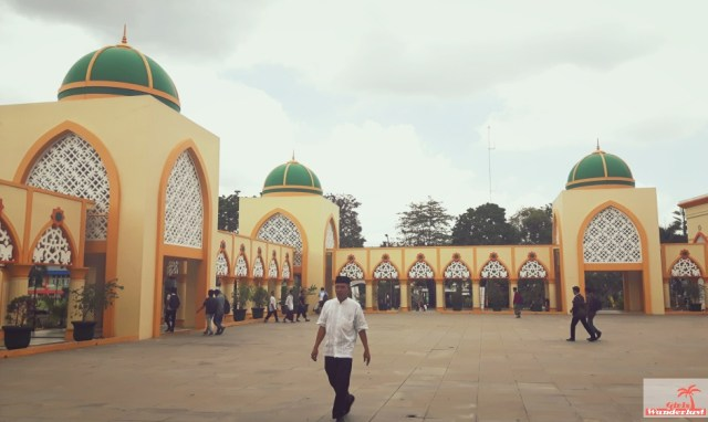 Cultural day trip itinerary from #Senggigi to #Mataram and suburb #Ampenan in #Lombok, #Indonesia by @Girlswanderlust. #Islamic centre #masjid #mosque #Girlswanderlust #travel #wanderlus