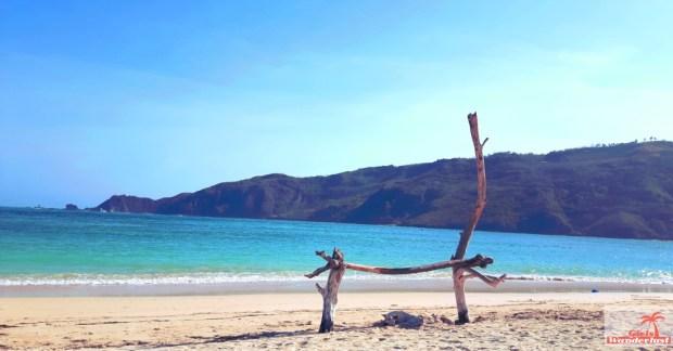 Travel guide Kuta Lombok – Things to do, eat, sleep, and party by @girlswanderlust - Pantai Kuta - #Kuta #Lombok #Asia #Kutalombok #wanderlust #girlswanderlust #travel #travelling #bea