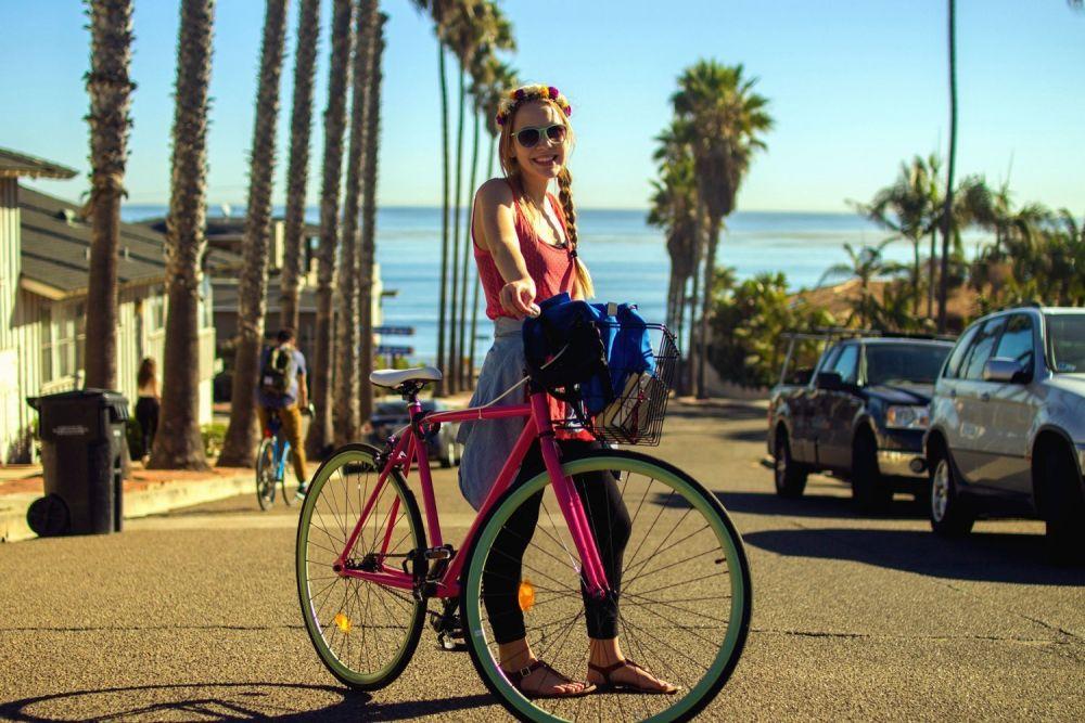 Ragazza in bici d'estate