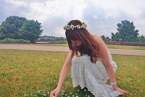 「光」「女性・女の子」「巻き髪」「春」「空」「芝生」「花かんむり」「草原」などがテーマのフリー写真画像