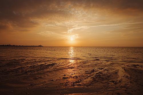 「シルエット」「ハート」「夏」「夏の夕暮れ」「夕陽」「海」「空」などがテーマのフリー写真画像