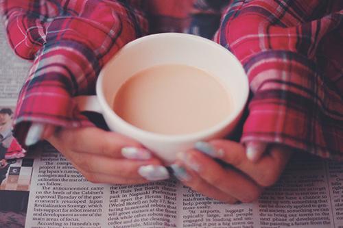 「カフェ」「ドリンク」「マグカップ」「ミルクティー」「女性・女の子」「飲み物」などがテーマのフリー写真画像