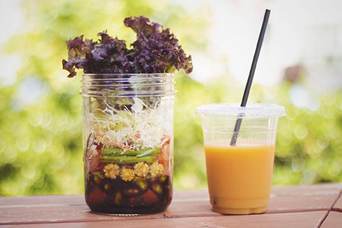 「カフェ」「サラダ」「ジャーサラダ」「スーパーフード」「チアシード」「メイソンジャー」「帽子」「食べ物」などがテーマのフリー写真画像
