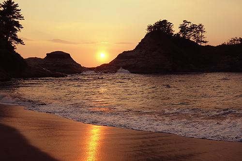 「夏」「夏の夕暮れ」「夕陽」「海」などがテーマのフリー写真画像