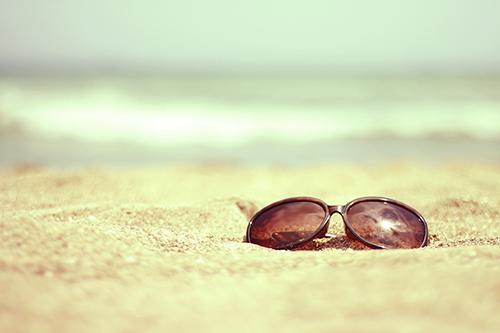 「サングラス」「ビーチ」「夏」「海」「砂浜」などがテーマのフリー写真画像