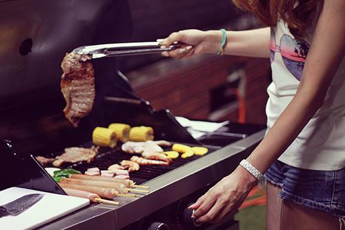 「カフェ」「バーベキュー」「夏」「女性・女の子」「巻き髪」「食べ物」などがテーマのフリー写真画像