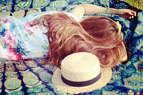 「お昼寝」「ラウンドタオル」「女性・女の子」「巻き髪」「帽子」「麦わら帽子」などがテーマのフリー写真画像
