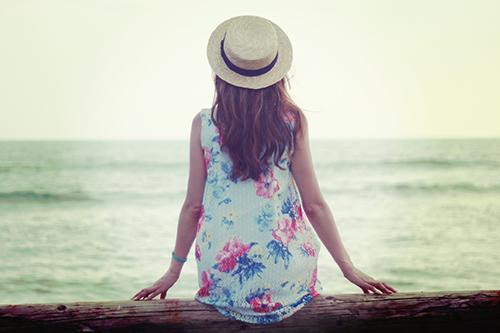 「女性・女の子」「巻き髪」「帽子」「海」「麦わら帽子」などがテーマのフリー写真画像