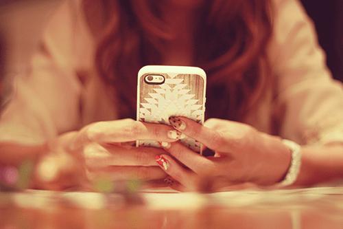 「iPhone」「スマートフォン」「ネイル」「女性・女の子」「巻き髪」などがテーマのフリー写真画像