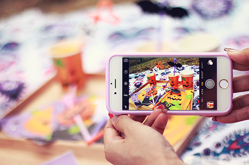 ハロウィンパーティをiPhoneで撮影する様子