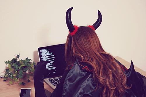 「Mac」「Web女子」「コスプレ」「ツノ」「デビル」「パソコン」「女性・女の子」「巻き髪」「悪魔」などがテーマのフリー写真画像