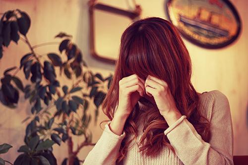 「女性・女の子」「小悪魔女子」「巻き髪」「悲しい」「泣き真似」「泣く」「秋」などがテーマのフリー写真画像