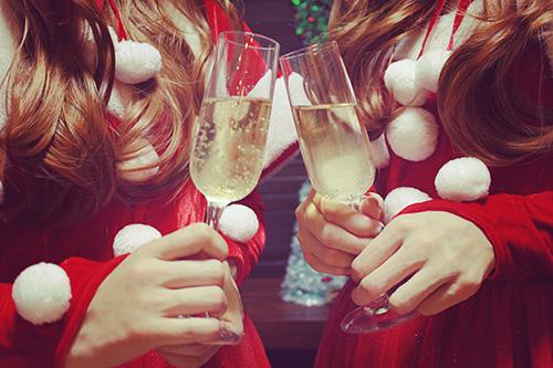 「クリスマスパーティ」「サンタ」「ドリンク」「ミニスカサンタ」「友達」「双子ルック」「女性・女の子」「巻き髪」「飲み物」などがテーマのフリー写真画像