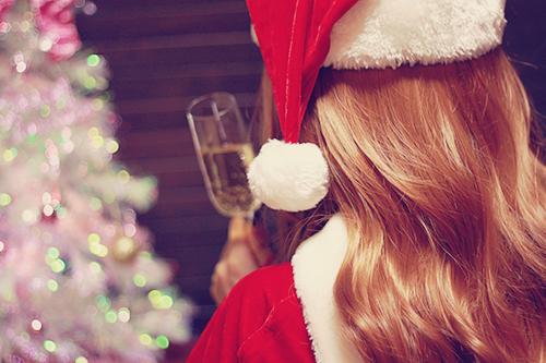 「クリスマスツリー」「サンタ」「サンタ帽」「ドリンク」「ミニスカサンタ」「女性・女の子」「巻き髪」「飲み物」などがテーマのフリー写真画像