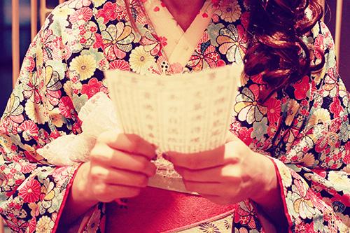「おみくじ」「冬」「和」「女性・女の子」「着物」などがテーマのフリー写真画像