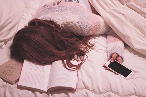 「iPhone」「パジャマ」「夜」「女性・女の子」「本」「部屋」などがテーマのフリー写真画像