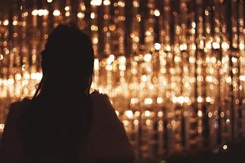 「シルエット」「光」「夜」「女性・女の子」などがテーマのフリー写真画像
