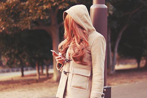 寒い中だれかを待っている女の子
