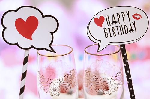 オシャレな誕生日画像:シャンパングラスと『HAPPY BIRTHDAY』のフォトプロップス