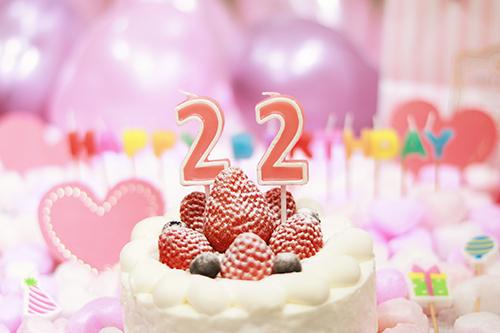 「happybirthday」「イチゴ」「おめでとう」「お祝い」「お誕生日おめでとう」「キャンドル」「ケーキ」「誕生日ケーキ」「風船」などがテーマのフリー写真画像