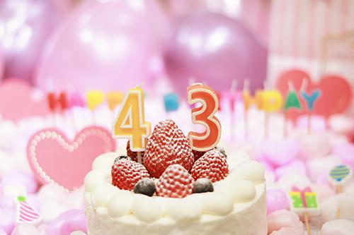 オシャレな誕生日画像:可愛いケーキとキャンドルでお祝い〜43歳編〜