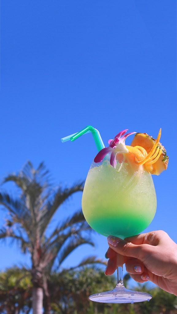 【おしゃれなiPhone壁紙】南国の青い空とトロピカルなジュース