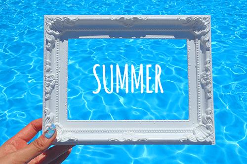 「プール」「俯瞰撮り」「夏」「文字入り」「枠」「水面」「真上から」などがテーマのフリー写真画像