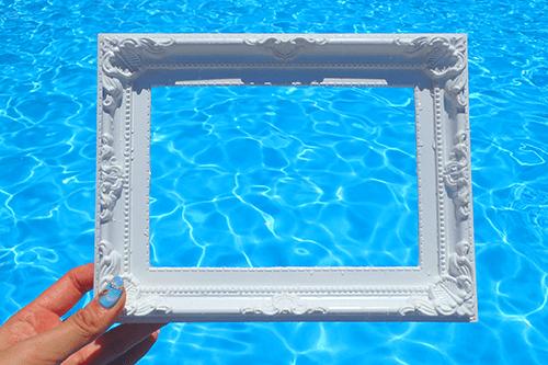 「プール」「俯瞰撮り」「夏」「枠」「水面」「真上から」などがテーマのフリー写真画像