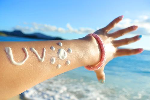 「コスメ」「ビーチ」「夏」「日焼け止め」「海」などがテーマのフリー写真画像