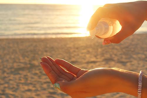 「コスメ」「スキンケア」「ビーチ」「夏」「夏の夕暮れ」「夕陽」「海」などがテーマのフリー写真画像