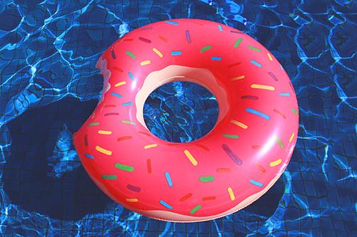 「ドーナツ」「プール」「夏」「浮き輪」などがテーマのフリー写真画像