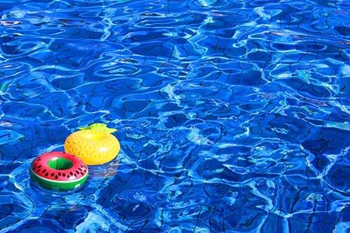 「ドリンクホルダー」「プール」「リゾート」「夏」「水面」「浮き輪」などがテーマのフリー写真画像