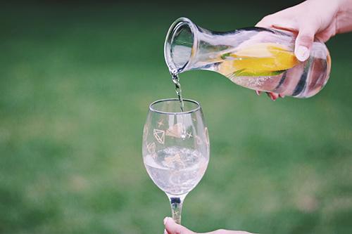 おしゃれなグラスに水を注ぐ様子