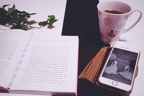 コーヒーを飲みながら読書している様子