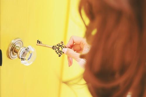 「ドア」「女性・女の子」「本」「部屋」「鍵」などがテーマのフリー写真画像