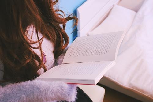 「女性・女の子」「本」「部屋」などがテーマのフリー写真画像